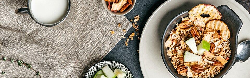 Paleo-Müsli zum Frühstück mit Nüssen und Apfelecken