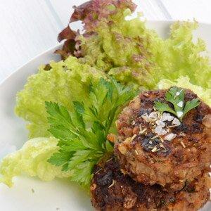 Fleischpflanzerl aus gemischtem Hackfleisch mit Salat